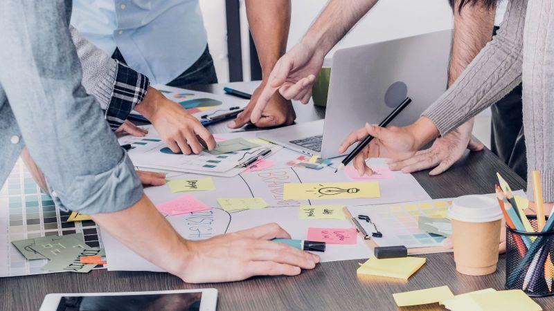 Gruppe Personen arbeiten zusammen an einem Tisch