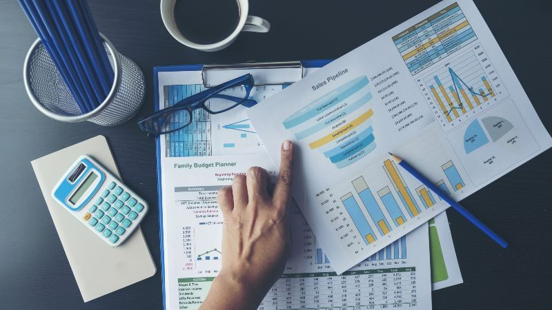 Statistiken Zettel auf Tisch