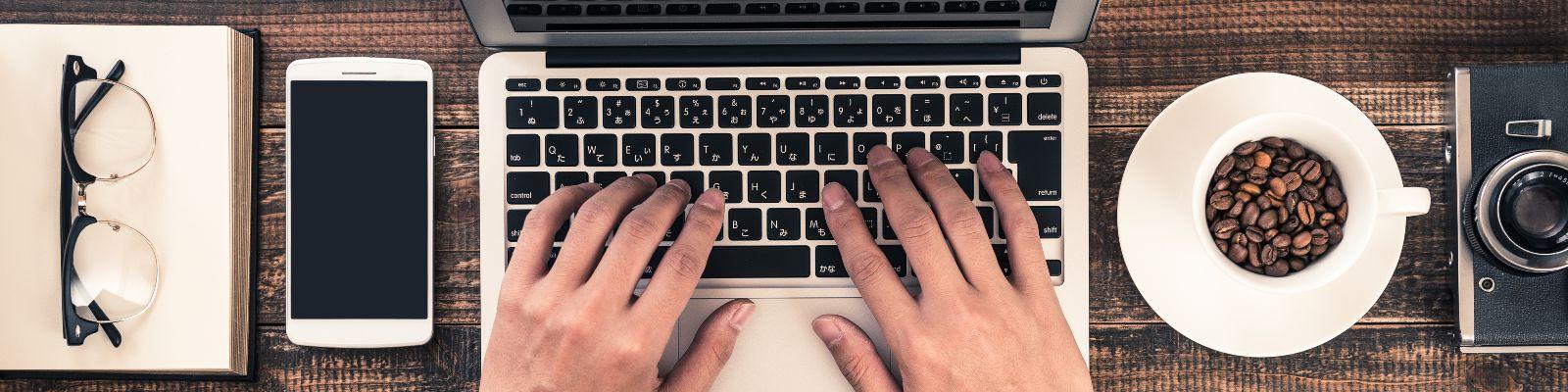 Hände am PC